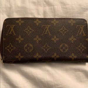 Louis Vuitton - zippy wallet. Barely used.